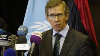 モロッコのスキラトで記者会見した国連のレオン特使