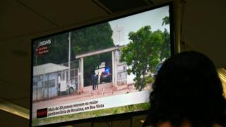 Cezaevindeki çatışmayla ilgili haberi izleyen bir Brezilyalı