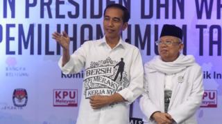Pasangan Joko Widodo-Ma'ruf Amin yang diusung sembilan partai politik secara resmi mendaftar di KPU sebagai bakal calon presiden dan wakil presiden tahun 2019-2024.