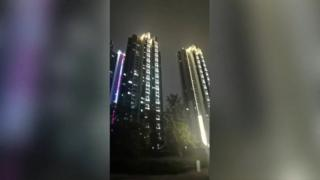 Penduduk Wuhan terdengar berteriak menyemangati dairi mereka sendiri.