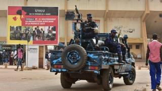 Des soldats lourdements armés surveillent les abords du stade municipal de Ouagadougou lors de la cérémonie d'ouverture vendredi
