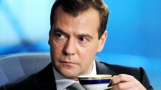 Dmitry Medvedev con una taza de café.