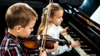 Niños tocando instrumentos