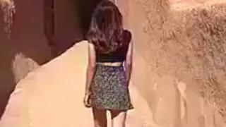 मिनी स्कर्ट में लड़की