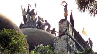 6 ਦਸੰਬਰ, 1992 ਨੂੰ ਮਸਜਿਦ ਨੂੰ ਢਾਹੁਣ ਤੋਂ ਪਹਿਲਾਂ ਛੱਤ 'ਤੇ ਚੜ੍ਹੇ ਹੋਏ ਸੱਜੇ ਪੱਖੀ ਹਿੰਦੂ ਨੌਜਵਾਨ
