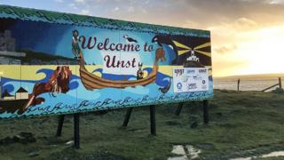A sign saying: Welcome to Unst