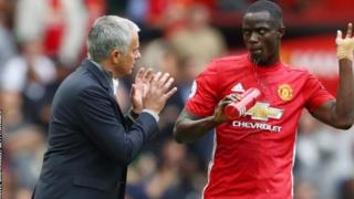 Beki wa Manchester United Eric Bailey akizungumza na kocha Jose Mourinho