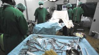 Des médecins ont procédé à une chirurgie réparatrice de ses organes.