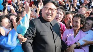 김정은 북한 노동당위원장이 섬 분교와 오지에 근무하는 교사들과 기념사진을 찍고 있다.