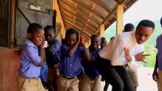 вчитель танцює