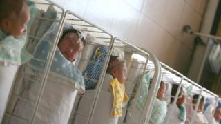 Bebês chineses em um berçário