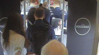 Virgin Trains опубликовал кадры камеры наблюдения, где видно, что Джереми Корбин проходит мимо свободных мест