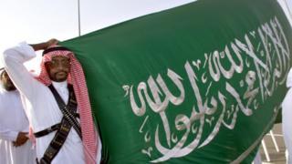 Полицейские Саудовской Аравии с флагом страны