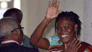Simone Gbagbo soutenue par un de ses avocats lors de son procès à Abidjan en février 2015