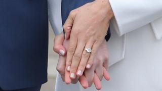 Dua berlian pada cincin pertunangan Meghan Markle berasal dari perhiasan Lady Diana.
