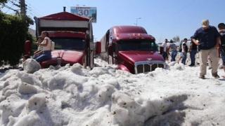 أدى سقوط حجارة البرد بشكل غير عادي لتغطية أنحاء من مدينة مكسيكية بجليد وصل ارتفاعه حتى المتر والنصف.