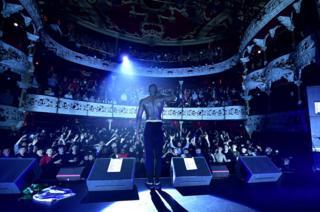 El cantante Stormzy se presenta ante un lleno completo la primera noche de su gira para promover su álbum Gang Signs and Prayer