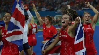 لاعبات من الفريق البريطاني النسائي في رياضة الهوكي يحتفلن بفوزهن