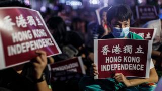 """港独示威者举起""""香港独立""""标语牌(资料图片)"""