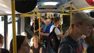 Људи у аутобусу градског превоза у Београду