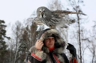میک، جغد خاکستری بزرگ 2 ساله، در حال تمرین با داریا کشچیوا (پرندهشناس)