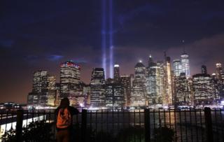 د نیویارک په منهاتن سیمه کې د هغو دوو اسمان څکالو ودانیو په یاد رڼا ودرول شوه چې ۲۰۰۱ کال سپټمبر پر ۱۱ برید کې له مینځه ولاړل.