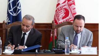 اکلیل حکیمی، وزیر دارایی افغانستان (راست) و شبهام چودری، رئیس بانک بانک جهانی برای افغانستان