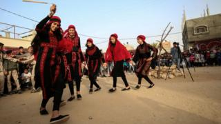 فتيات من خان يونس يرقصن الدبكة