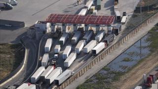 Cruce de camiones entre México y EE.UU.