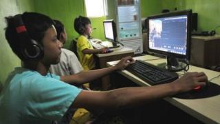 İnternet kafedeki çocuklar