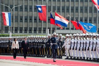 巴拉圭总统卡斯提访问台湾,台湾官方以军礼相待。