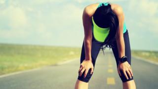 Mujer cansada después de correr