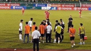 """V-League từng chứng kiến vụ """"lùm xùm"""" khi các cầu thủ Long An bỏ mặc đối thủ TP. Hồ Chí Minh ghi bàn để phản đối trọng tài."""