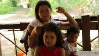 Indígena pemón com filha