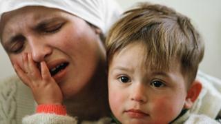 Madre e hijo en Kosovo