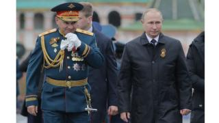 El ministro de Defensa ruso, Sergei Shoigu (izq.), camina junto al presidente, Vladimir Putin, durante el desfile del Día de la Victoria.