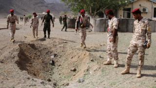 חיילים נראים בזירת הפיצוץ לאחר פיגוע טילים במצעד צבאי