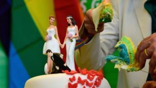連邦議会の採決を受けて、緑の党が虹色のケーキで祝った(30日)