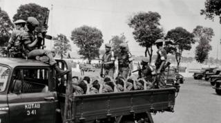Tentara mengangkut sejumlah orang diduga anggota Pemuda Rakyat, 1965.