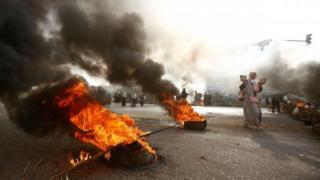 Protestocular, güvenlik güçlerini durdurmak için lastik yaktı.