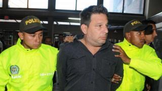 Raúl Gutiérrez escoltado por dos policías.