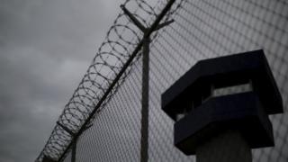 Meksika'da bir cezaevinin tel örgüleri ve kulesi