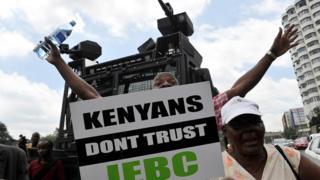 Des opposants Kenyans manifestent dans les rues de Nairobi, réclamant la dissolution de la commission électorale nationale (IEBC) le 9 mai 2016.