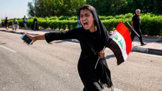 Niña protestando en Irak.