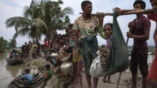 دهها هزار نفر از اقلیت روهینگیا تلاش کردهاند خودشان را به بنگلادش برسانند.