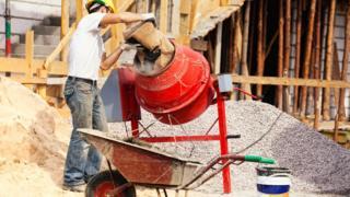albañil mezclando concreto
