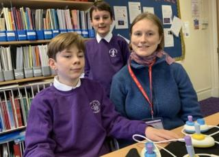Theo Holroyd, Ollie Gerety ve Cecily Morrison