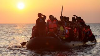 Barco com refugiados no Mediterrâneo