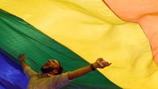 Tại sao cờ LGBT có màu cầu vồng?