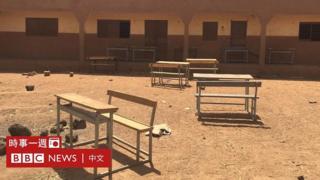 布基納法索北部一所荒廢學校外的桌椅(6/3/2019)